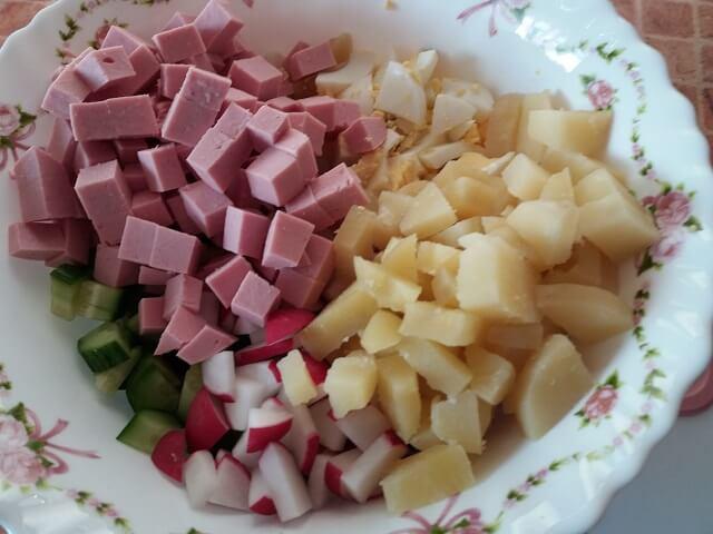 Нарезаем колбасу и добавляем в миску к остальным ингредиентам
