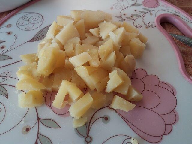 Режем кубиками отварной картофель