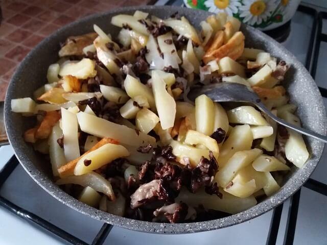 Готовая жареная картошка со сморчками