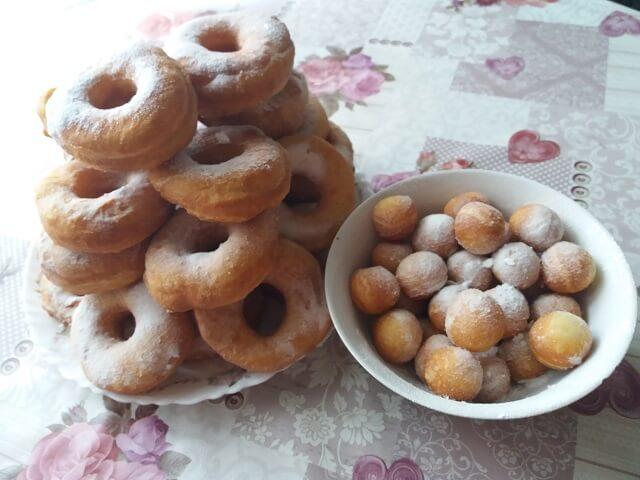 Готовые жареные пончики