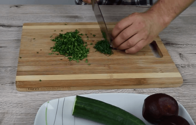 Нарезаем лук и зелень