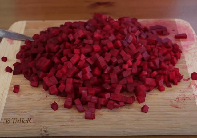 Нарезаем свеклу мелкими кубиками