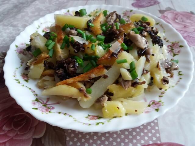 Сморчки жареные с картошкой на сковороде