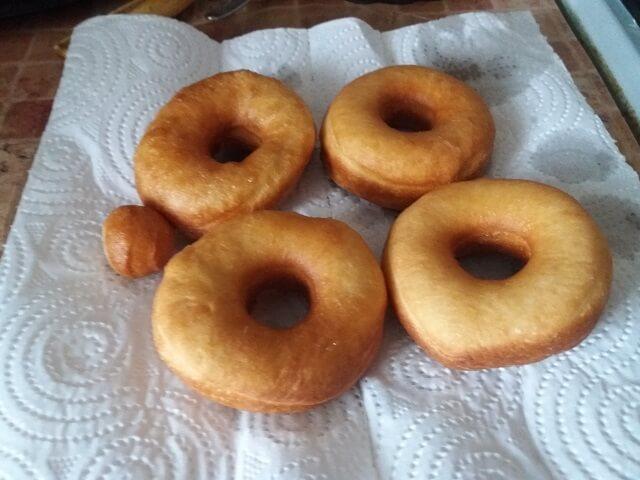 Выкладываем пончики на бумажное полотенце