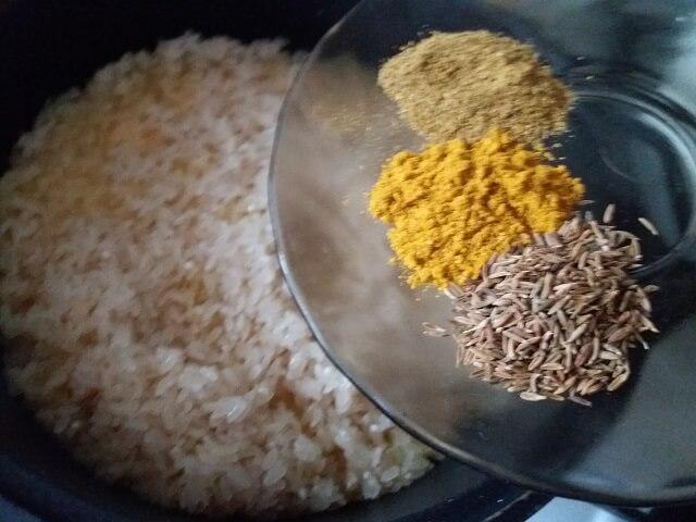 Выкладываем в казан рис и специи