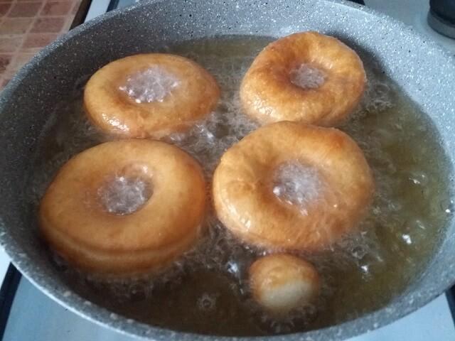 Жарим пончики с другой стороны
