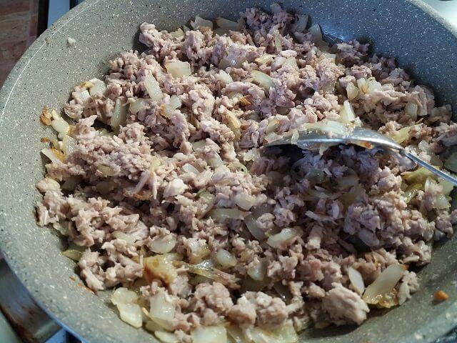Макароны по-флотски с вареным мясом на сковороде