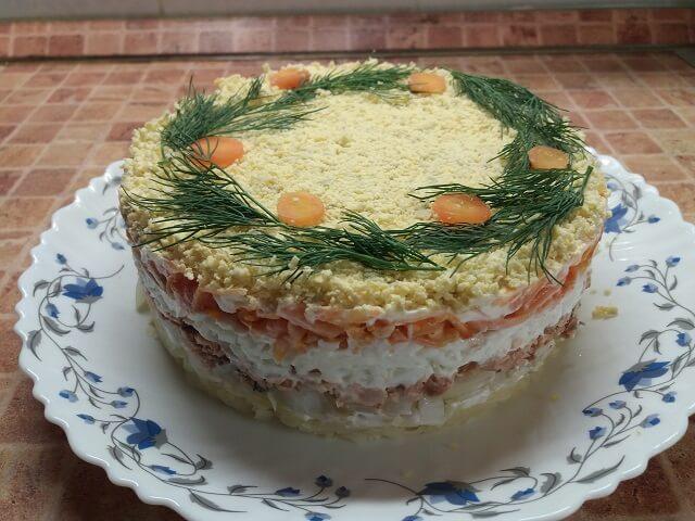 Вкусный и нежный салат Мимоза с рыбными консервами – классический рецепт