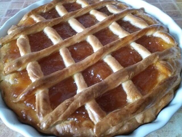 Пирог с яблочным повидлом из дрожжевого теста в духовке